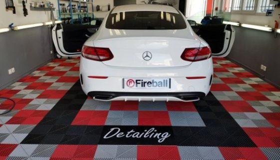 Auto-Aufbereitungs-Werkstattboden mit Firmenlogo