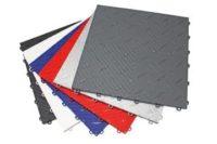 Die aufsteckbare Polypropylen-Bodenplatte Diamondtrax ist eine Platte mit einer soliden Struktur in gerippter Aluminiumoptik.