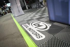 Logo im Gewerbe-Boden aus Klickfliesen