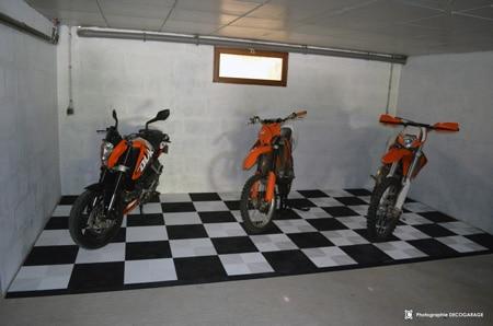 Motorrad karierter Garagenboden